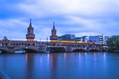 Η γέφυρα Oberbaum στο Βερολίνο με τη διάβαση τραίνων Στοκ εικόνα με δικαίωμα ελεύθερης χρήσης