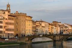 Η γέφυρα Ponte Vecchio είναι ένα σύμβολο της πόλης της Φλωρεντίας Χτίστηκε στο XIV αιώνα πέρα από τον ποταμό Arno Φωτογραφία βραδ στοκ εικόνες