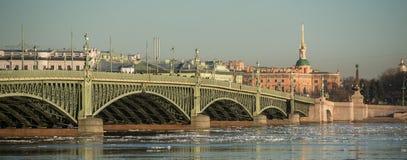 Η γέφυρα Troitsky πέρα από το Neva Στοκ φωτογραφία με δικαίωμα ελεύθερης χρήσης