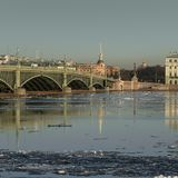 Η γέφυρα Troitsky πέρα από το Neva Στοκ εικόνα με δικαίωμα ελεύθερης χρήσης