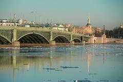 Η γέφυρα Troitsky πέρα από το Neva Στοκ εικόνες με δικαίωμα ελεύθερης χρήσης