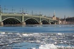 Η γέφυρα Troitsky πέρα από το Neva Στοκ Εικόνες