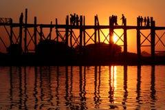 Η γέφυρα u-Bein στο ηλιοβασίλεμα με τις σκιαγραφίες Στοκ Εικόνες