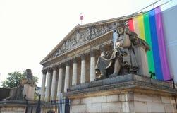 Η γαλλική εθνική συνέλευση που διακοσμείται με τη σημαία ουράνιων τόξων LGBT, Παρίσι, Γαλλία Στοκ εικόνα με δικαίωμα ελεύθερης χρήσης