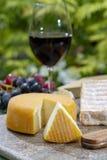 Η γαλλική συλλογή τυριών, κίτρινο Riche de Saveurs, το πλακάκι Vieux και τα τυριά LE peche des bons peres εξυπηρέτησαν με το γυαλ στοκ εικόνες
