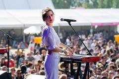 Η γαλλική psychedelic λαϊκή ζώνη Λα Femme αποδίδει στη συναυλία στο φεστιβάλ μουσικής Dcode στοκ εικόνα