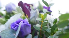 Η γαμήλια ανθοδέσμη των φρέσκων λουλουδιών κλείνει επάνω απόθεμα βίντεο