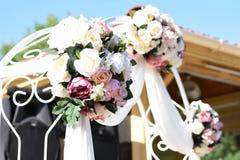Η γαμήλια αψίδα ανθίζει τα τριαντάφυλλα διακοσμήσεων στοκ εικόνες