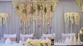 Η γαμήλια διακόσμηση, διακόσμηση της γαμήλιας τελετής, γαμήλιες διακοσμήσεις έκανε από τα πραγματικά λουλούδια ρόδινος ρομαντικός φιλμ μικρού μήκους