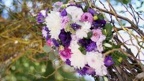 Η γαμήλια διακόσμηση, διακόσμηση της γαμήλιας τελετής, γαμήλιες διακοσμήσεις έκανε από τα πραγματικά λουλούδια ρόδινος ρομαντικός απόθεμα βίντεο