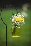 Η γαμήλια ανθοδέσμη ανθίζει τις κίτρινες και άσπρες μαργαρίτες Στοκ Φωτογραφία
