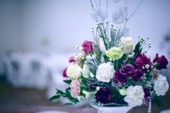 Η γαμήλια ανθοδέσμη με το κόκκινο αυξήθηκε στον πίνακα Στοκ Εικόνες
