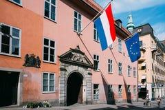 Η γαλλική σημαία Tricolours και η σημαία της Ευρωπαϊκής Ένωσης διακοσμούν την οικοδόμηση Στοκ Φωτογραφίες