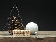 Η γαλλική Χαρούμενα Χριστούγεννα σε ξύλινο χωρίζει σε τετράγωνα Στοκ Φωτογραφία