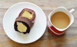 Η γεμισμένη ρόλος κρέμα μαρμελάδας σοκολάτας και σταφυλιών τρώει το ζεύγος με τον καφέ στο κόκκινο φλυτζάνι Στοκ φωτογραφία με δικαίωμα ελεύθερης χρήσης