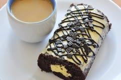Η γεμισμένη ρόλος κρέμα μαρμελάδας σοκολάτας τρώει το ζεύγος με τον καφέ στο πιάτο Στοκ φωτογραφίες με δικαίωμα ελεύθερης χρήσης
