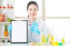 Η γενετική τροποποίηση που εξετάζει το αποτέλεσμα είναι εντάξει για τις ανθρώπινες υγείες Στοκ φωτογραφία με δικαίωμα ελεύθερης χρήσης
