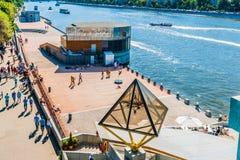 Η γενική άποψη των χορεύοντας γεφυρών στο ανάχωμα Pushkin της Μόσχας πηγαίνει στοκ εικόνα με δικαίωμα ελεύθερης χρήσης