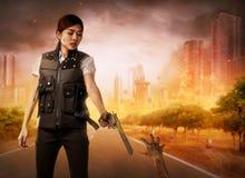 Η γενναία γυναίκα με τη φανέλλα πυροβολεί τα zombies Στοκ φωτογραφία με δικαίωμα ελεύθερης χρήσης