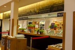 Η Γερμανία Βερολίνο, το ιταλικό εστιατόριο, το εστιατόριο μπουφέδων, η εσωτερική κομψή και θερμή, σύγχρονη μόδα σχεδίου είναι πολ Στοκ Εικόνα