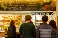 Η Γερμανία Βερολίνο, το ιταλικό εστιατόριο, το εστιατόριο μπουφέδων, η εσωτερική κομψή και θερμή, σύγχρονη μόδα σχεδίου είναι πολ Στοκ Εικόνες