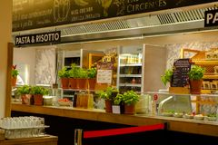 Η Γερμανία Βερολίνο, το ιταλικό εστιατόριο, το εστιατόριο μπουφέδων, η εσωτερική κομψή και θερμή, σύγχρονη μόδα σχεδίου είναι πολ Στοκ εικόνες με δικαίωμα ελεύθερης χρήσης