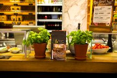 Η Γερμανία Βερολίνο, το ιταλικό εστιατόριο, το εστιατόριο μπουφέδων, η εσωτερική κομψή και θερμή, σύγχρονη μόδα σχεδίου είναι πολ Στοκ Φωτογραφία