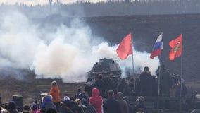Η γερμανική δεξαμενή βάζεται φωτιά σε μια επίδειξη της στρατιωτικής δράσης φιλμ μικρού μήκους