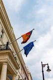 Η γερμανική και Ευρωπαϊκή Ένωση σημαιοστολίζει τον κυματισμό από το γερμανικό μπαλκόνι πρεσβειών κατά την εξωτερική άποψη του Λον Στοκ φωτογραφίες με δικαίωμα ελεύθερης χρήσης