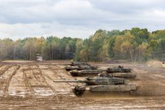 Η γερμανική κύρια μάχη τοποθετεί σε δεξαμενή τις κινήσεις στο πεδίο μάχη Στοκ εικόνα με δικαίωμα ελεύθερης χρήσης