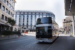 Η γερμανική στάση ανθρώπων οδηγών λαμβάνει τους επιβάτες στη στάση λεωφορείου της Νυρεμβέργης Στοκ εικόνες με δικαίωμα ελεύθερης χρήσης