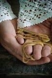 Η γηραιή κυρία μόδας κρατά ένα χρυσό κλειδί στα χέρια της Στοκ εικόνα με δικαίωμα ελεύθερης χρήσης
