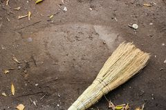 Η γη σκουπίζεται με μια σκούπα για το αντίγραφο-διάστημα στοκ εικόνες