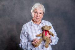 Η γιαγιά με είναι γιατρός μαριονετών για τη teddy αρκούδα στοκ φωτογραφίες