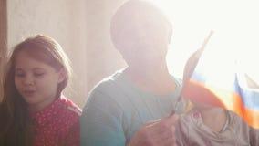 Η γιαγιά με τις εγγονές της κυματίζει τη ρωσική σημαία Πορτρέτο απόθεμα βίντεο