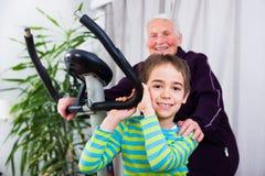 Η γιαγιά παρουσιάζει ένα καλό παράδειγμα Στοκ Εικόνες