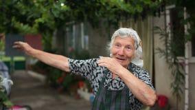 Η γιαγιά παρουσιάζει μοντέρνο κτύπημα μετακίνησης νεολαίας Σύγχρονος χορός, αίσθηση του χιούμορ απόθεμα βίντεο