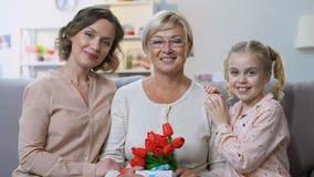 Η γιαγιά χαίρεται για τα δώρα και τους χαιρετισμούς από τα παιδιά για τα γενέθλια, επίσκεψη Σαββατοκύριακου απόθεμα βίντεο