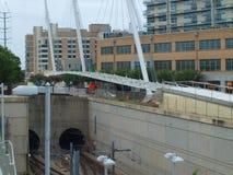 Η για τους πεζούς γέφυρα σταθμών Mockingbird και ιχνών της Katy φθάνει στο σταθμό Στοκ Φωτογραφία