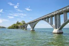 Η για τους πεζούς γέφυρα στη Δομινικανή Δημοκρατία Κόλπων Saman, συνδέει την ακτή με δύο μικροσκοπικά νησάκια Cayo Linares και Στοκ Εικόνες