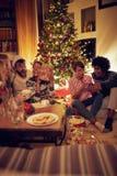 Η γιορτή Χριστουγέννων frineds που ανοίγει παρουσιάζει στοκ εικόνα με δικαίωμα ελεύθερης χρήσης
