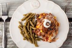 Η γιορτή ψήνει μεξικάνικο Lasagna στον πίνακα σιταποθηκών στοκ φωτογραφίες