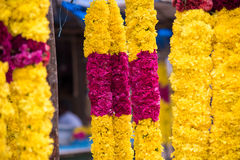 Η γιρλάντα marigold που συνδυάστηκε με αυξήθηκε στην αγορά Στοκ Φωτογραφίες