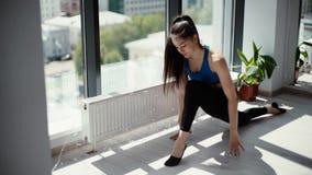 Η γιόγκα άσκησης γυναικών γιόγκη κάνει στην άσκηση anjaneyasana σε σε αργή κίνηση απόθεμα βίντεο