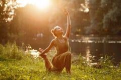 Η γιόγκα γυναικών ασκεί υπαίθριο Στοκ εικόνα με δικαίωμα ελεύθερης χρήσης