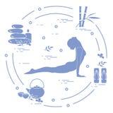 Η γιόγκα γυναικών θέτει, μπαμπού και διάφορα εργαλεία για self-care, μασάζ ελεύθερη απεικόνιση δικαιώματος