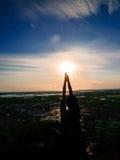Η γιόγκα και χαλαρώνει στο βουνό Στοκ Εικόνες