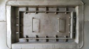 Η γκρίζα καταπακτή squre στον τοίχο μπορεί να ανοίξει το /close για τη συντήρηση στοκ φωτογραφία