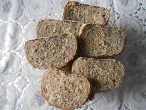 Η γκρίζα στάση ψωμιού στο πιάτο στο τραπεζομάντιλο για το σάντουιτς στοκ εικόνες