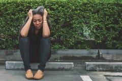 Η γκρίζα τρίχα γυναικών με την ανησυχημένη τονισμένη έκφραση προσώπου που κοιτάζει Στοκ φωτογραφία με δικαίωμα ελεύθερης χρήσης
